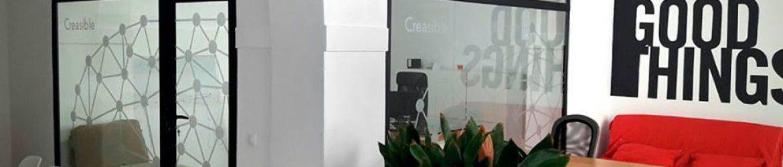 Rotulación cristaleras oficina Creasible. Diseño y montaje por Pixel Plus