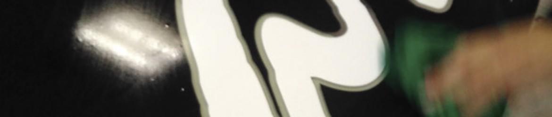 Limpieza y colocación de vinilo negro al corte en placa de metacrilato.